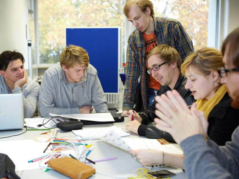Studierende im Studiengang Onlinekommunikation üben schon frühzeitig den Umgang mit wichtigen Onlinetools