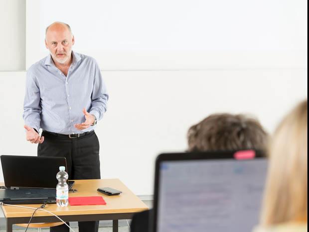 Martin Wessner in einem der Vorlesungsräume des Studiengangs Onlinekommunikation.