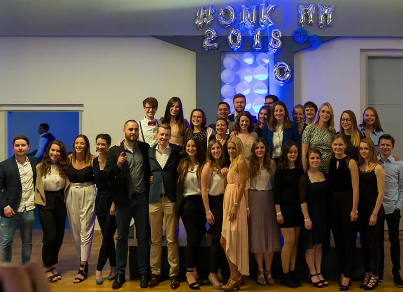 Gruppenbild: Absolventen der Onlinekommunikation 2018