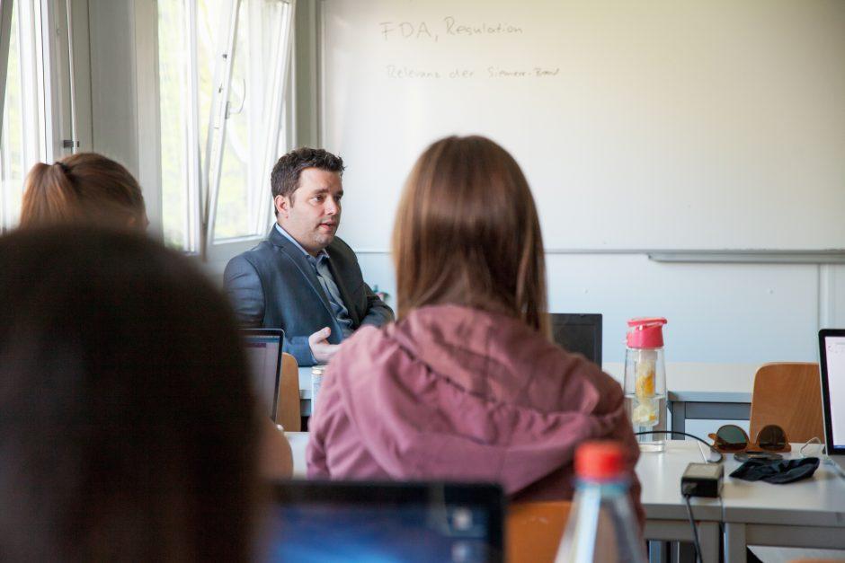 Motivierte Studierende des Studiengangs Onlinekommunikation lernen in vielen Gruppenarbeiten, wie man im Team agiert und erfolgreich ist.