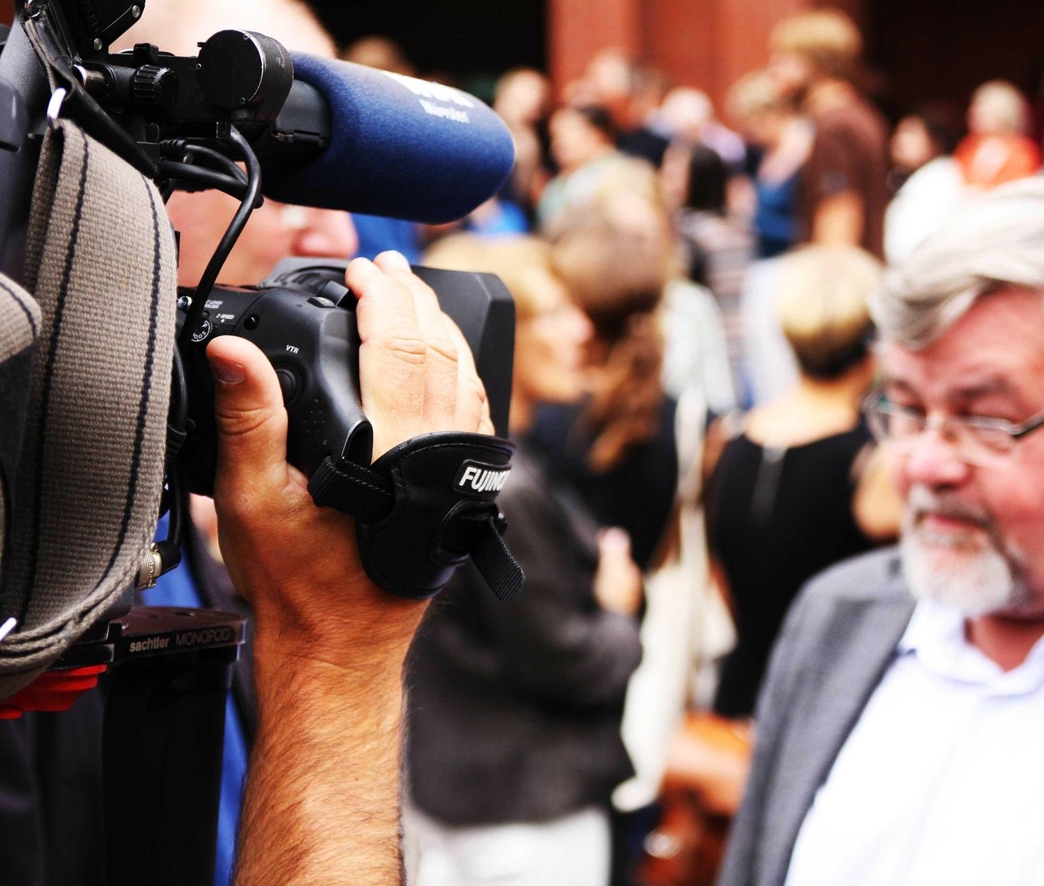Journalist filmt Demonstrant